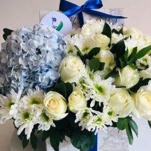 Arreglo Hortensias Azules y Rosas Blancas